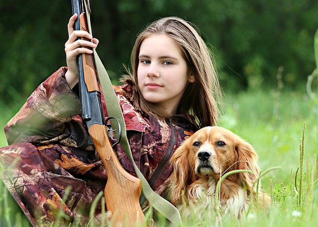 dívka a pes na lovu