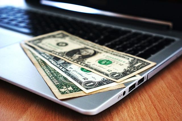 peníze na laptopu